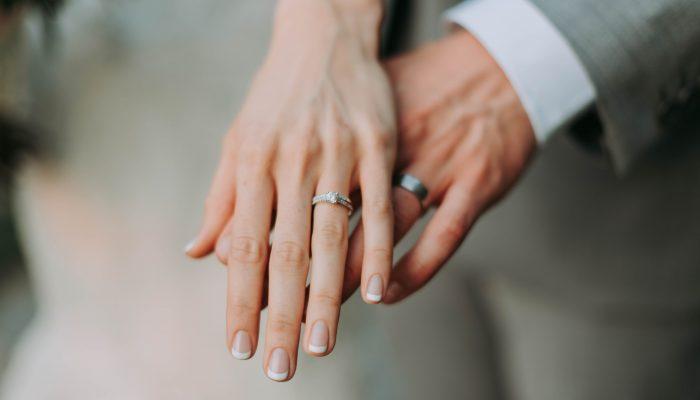 Evlenme engelleri nelerdir? Kesin evlenme engeli, kesin olmayan evlenme engeli, bekleem (iddet süresi), hısımlık, akıl hastalığı, mevcut evlilik, TMK.